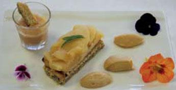 Assiette de pommes façon tatin et son crumble de noix et amandes